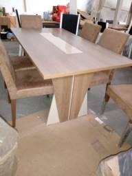 Mesa com cadeiras em suede