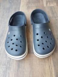 Sandália Crocs cinza chumbo