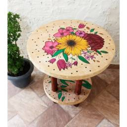 Mesa de madeira desenhada a mão