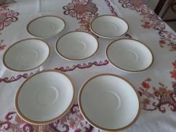 Pratinhos de porcelana com friso dourado