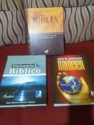 Vendo os três livros de estudos bíblicos.