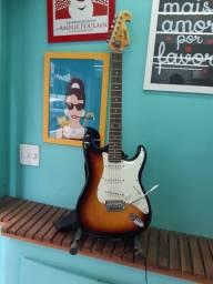 Guitarra Memphis quase nunca usada, com pedestal, caixa e bolsa