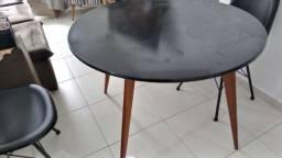 Linda mesa preta sem cadeiras