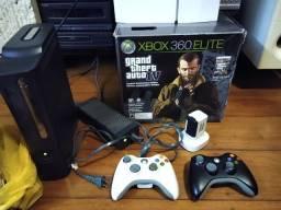 Xbox 360 Elite 120GB Desbloqueado mais dois controles com baterias e carregadores