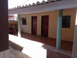 Aluga casa/barracão de 2 quartos