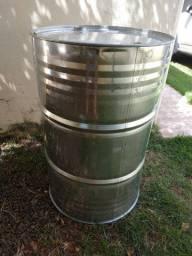 Vendo tambor metálico de 200 litros.