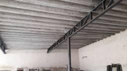 Estrutura metálica com telhas de amianto usada