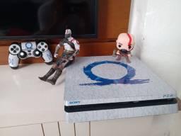 PS4 SLIM 2.5 TB. ( EDIÇÃO ESPECIAL ) ACOMPANHA JOGOS E OS BONECOS.