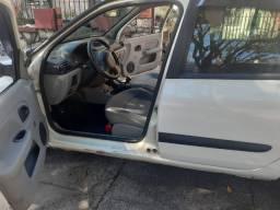 Clio Sedan em bom estado
