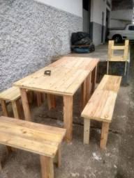 Conjunto de mesa com bancos de madeira