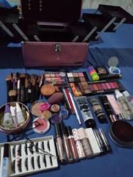 Maquiagens e maleta usadas