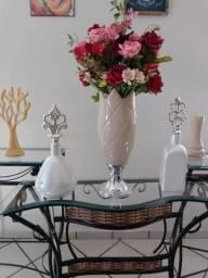 Aparador, abajur, vasos, potes, variedade de decoração