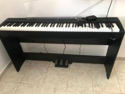 Piano Yamaha P95 com estante e pedais