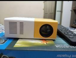 Mini projetor Led 600 lumens até 60 polegadas