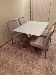 Mesa de madeira com 04 cadeiras