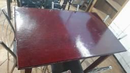 Mesa envernizada com 4 cadeiras cromadas