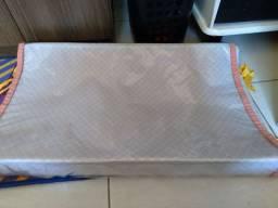 Trocador acolchoado, com plástico de proteção, é proteção lateral