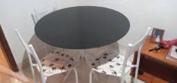 Vende se uma mesa com 4 cadeiras.