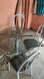 Mesa com três cadeira