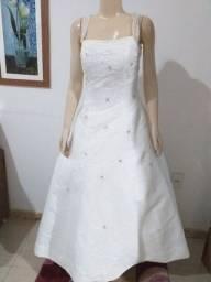 Vende-se Vestido de Noiva de alça com detalhe nas costas. Usado 1x