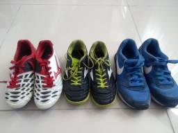 01 tênis da Nike, 01 chuteira de futebol de campo e 01 chuteira society todas de número 34