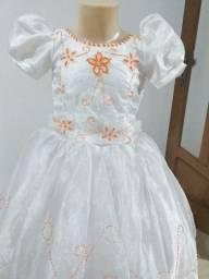 Vende-se Vestido de Daminha branco com bordados laranja. Usado 1x