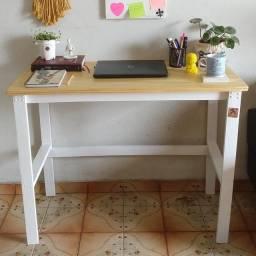 Escrivaninha de madeira. Envernizada e pintada.