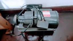 Vendo motor monofásico  Modelo B 480691 e mesa de overloque