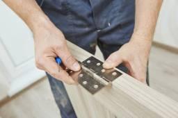 Pedreiro para colocar portas e azulejos