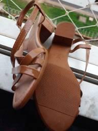 Vendo uma sandália tam 34. Por 15 reais