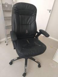 Cadeira Executiva - com rodas - Muito confortável