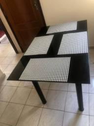 Mesa em vidro escuro