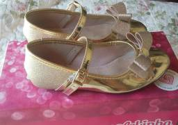 Sapatilha dourada usada apenas trés vezes
