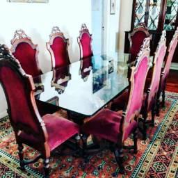 Antiga e elegante mesa de jantar com 8 cadeiras