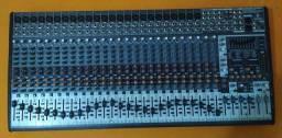 Mesa de som com 32 canais.