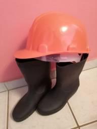 Botas e capacete de segurança para obra