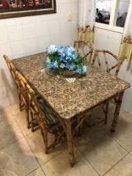 Mesa de granito com 4 cadeiras e 6 lugares