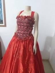 Vende-se Vestido Vermelho cetim e tule, costas trançada. Usado 4x
