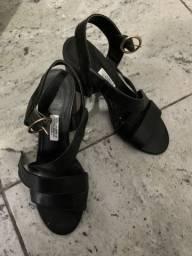 Sandália preta de salto