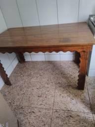 Mesa rústica com dois bancos, em ótimo estado de conservação