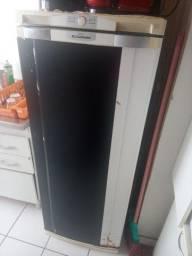 Vendo geladeira esta com pouco ferrugam mas funciona normal 100%