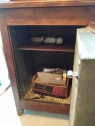 Antiga geladeira de madeira