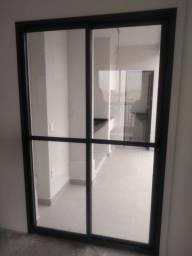 2 portas de correr de vidro, moldura em alumínio preto