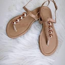 Sandália vernizada com pérola e pedraria