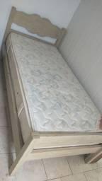 Cama de madeira reforçada com colchão