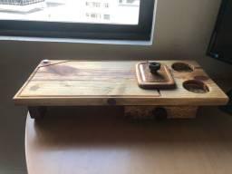 Tábua de madeira de eucalipto para churrasco com gaveta e espaços para latas
