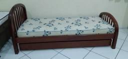 Bicama de madeira com colchão de solteiro