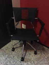 Cadeira para escritório preta de fibra com pés cromados