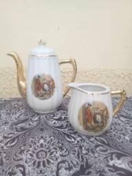 Bule e Leiteira/Cremeira de Porcelana Antigo. Cena galante