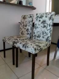 Mesa com 2 cadeiras em perfeito estado.